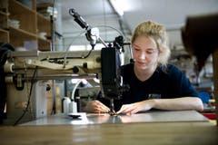 Mitarbeiterin Geraldine Trutmann ist konzentriert bei der Arbeit. (Bild: Corinne Glanzmann / Neue LZ)
