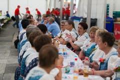 Im Festzelt sitzen die Chöre zum Mittagessen beisammen. (Bild: Roger Zbinden (Neue NZ))