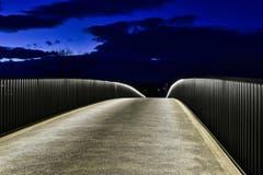 Es wird Nacht auf der neuen Brücke über die Tangente. Ein gelungenes Bauwerk und für Fotografen tolle Möglichkeiten (Bild: Ernst Rohrer)
