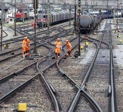 Im Bahnhof Erstfeld stehen die Züge bereit zur Fahrt in Richtung Süden. (Bild: Keystone)
