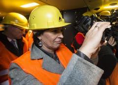 16.12.2013: Bundesrätin Doris Leuthard hält den historischen Moment in der Kabine des testzuges mit ihrem Handy fest. (Bild: Keystone)
