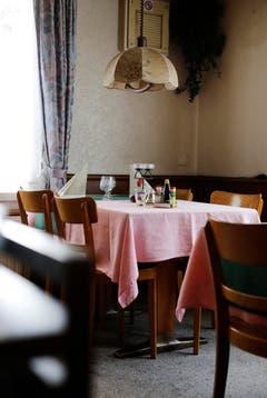Das Lokal verdient die Bezeichnung «Beiz» nicht zuletzt dank der kultigen Gegenstände darin: (Bild: Stefan Kaiser / Neue ZZ)