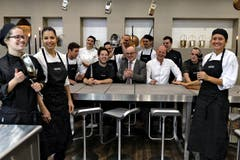 Küchenchef Johan Breedijk (vierter von rechts) und Hoteldirektor Fritz Erni (sechster von rechts) weihen die neue Erlebnisküche ein. (Bild: Nadia Schärli / Neue LZ)
