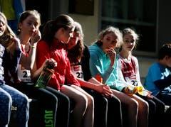 Die Zuschauer beobachten die Läufer. (Bild: Stefan Kaiser (Neue ZZ))