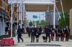 Besucher und Sicherheitskräfte an der Expo Milano. (Bild: SAMUEL GOLAY)