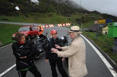 Zwei Töfffahrer und ein Autofahrer warten, bis in Hospental die Barriere öffnet. (Bild: Urs Hanhart / Neue UZ)