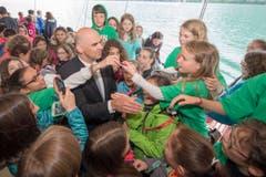 Bundesrat Alain Berset war bei den Schülern sehr gefragt. (Bild: Keystone / Urs Flüeler)