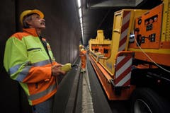 Arbeiter Sauro Venturi beobachtet den Abtransport eines Lüftungsrades. (Bild: Keystone)