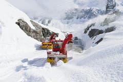 Schneefräsen kämpfen sich am 9. Mai auf den Gotthard. (Bild: Keystone)