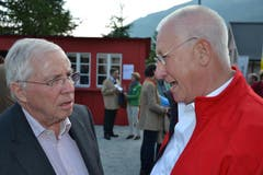 Der OK-Präsident der Andermatter Freilichtspiele, Christoph Gähwiler, begrüsst alt Bundesrat Christoph Blocher. (Bild: Bruno Arnold / Neue UZ)