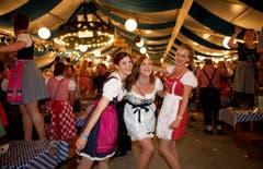 Lozärner Oktoberfest am 11. September 2004 beim Eiszentrum Luzern. Im Bild von links Miriam Gerber, Michele Glanzmann und Annina Dietziker. (Bild: Corinne Glanzmann)
