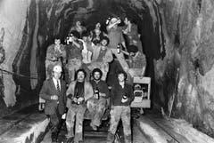 Tunnelarbeiter feiern im Mai 1982 anlässlich der Gleisverbindung des Furkatunnels und stossen auf ein gutes Gelingen der weiteren Arbeiten an. (Bild: Keystone / Str)