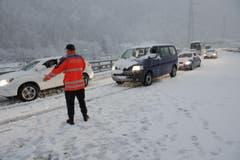 Die Polizei leitet den Verkehr bei Amsteg am Mittwochabend ab der Autobahn. (Bild: Florian Arnold)