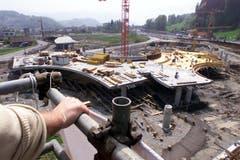 Ein augenfälliges Bauwerk der Autobahnerweiterung ist der Kreisel im Schlund. So sieht er am 29. April 2001 aus. (Bild: NEUE LZ/PETER APPIUS)