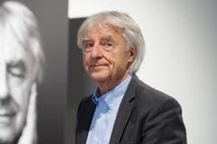 Emil Steinberger posiert vor seinem Porträt. (Bild: Keystone)