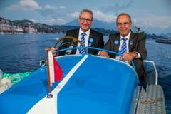 Luzerner Regierungspräsident Robert Küng (links) und Projektleiter Werner Fluder auf dem Pedalo in der Ausstellung des Gastkantons. (Bild: Philipp Schmidli)