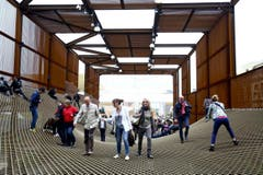 Expo-Besucher begehen ein gigantisch grosses Netz im Brasilianischen Pavillion. (Bild: MOURAD BALTI TOUATI)