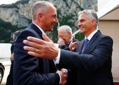 Aussenminister Didier Burkhalter (rechts) begrüsst Lichtensteins Premierminister Adrian Hasler. (Bild: Keystone/Reuters POOL/Ruben Sprich)