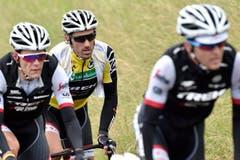 Fabian Cancellara (Mitte) mit Teamkollegen von Trek Segafredo. (Bild: Keystone / Gian Ehrenzeller)