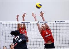 Steigen höher als die Gegnerinnen: Die Volleyballerinnen Sarah Rohrer (mitte) und Vanessa Gwerder. (Bild: Werner Schelbert / Neue ZZ)