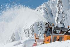 ... verschieben tausende Tonnen Schneemassen, um die Passstrasse wieder befahrbar zu machen (Bild: Keystone / Urs Flüeler)