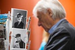 Emil Steinberger sieht sich Postkarten mit seinem Bild an. (Bild: Keystone)
