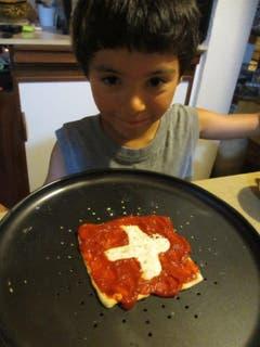 unser Enkel gestaltet den Nationalfeiertag auf seine Weise (Bild: fred goetschi)