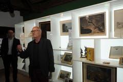 Paul Arnold führte durch die neu konzipierte Ausstellung. (Bild: Urs Hanhart (Neue UZ))