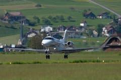 Der neue Jet PC-24 der Pilatus Flugzeugwerke bei seinem ersten Start am Montag 11. Mai 2015 auf dem Flugplatz in Buochs. (Bild: URS FLUEELER)