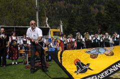OK-Präsident Max Gisler beim Fahnenschwingen. (Bild: Urs Hanhart / Neue UZ)