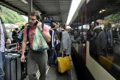In Flüelen müssen Passagiere in Richtung Süden auf die Extrabusse umsteigen. (Bild: Sven Aregger / Neue UZ)