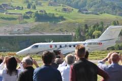 Schaulustige verfolgen, wie der PC-24 am 11. Mai 2015 vom Flugpatz Buochs zu seinem Jungfernflug abhebt. (Bild: Matthias Piazza (Neue NZ))