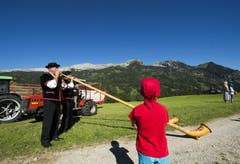 Bundesrat Johann Schneider- Ammann besucht am 1. August den Birkenhof in Sörenberg, um am 1. Augustbrunch teilzunehmen. Die Familie Schnider begrüsst den Bundesrat vor der Kulisse des Schratten. (Bild: Keystone)