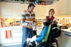 Melanie Alpiger ernährt sich teilweise über eine Magensonde. Vater Titus bereitet die Sonde vor. (Bild: Boris Bürgisser (Neue LZ))