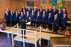 Der Männerchor Baar unter der Leitung von Jonas Herzog singt im Schulhaus Röhrliberg 1 vor. (Bild: Roger Zbinden (Neue NZ))