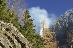 Beim Brand am Bristenstock gibt es eine starke Rauchentwicklung. Das Bild enstand noch vor dem Heli-Einsatz. (Bild: Leserbild / Irene Baumeler - Villiger)
