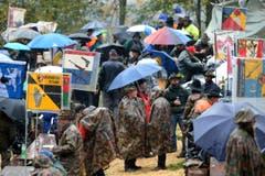 Nur Regenschirme waren noch zahlreicher als Gewehre. (Bild: Keystone)