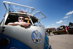 Im Bild: Raphael Sommer mit seinem VW Buli T1 aus dem Jahre 1966. (Bild: Stefan Kaiser (Neue ZZ))
