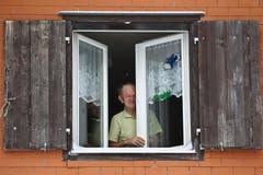 Karl Baumann schaut aus dem Haus. (Bild: Philipp Schmidli/Neue LZ)