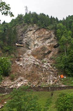 Mehrere Tausend Kubimeter Geröll stürzten auf die Bahnlinie. (Bild: Leser Peter Lienert)