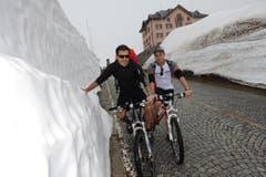 Andreas Hängi (links) und Daniel Kottmann aus Baar gehörten zu den Ersten, die über den Gottharpass radelten. (Bild: Urs Hanhart / Neue UZ)