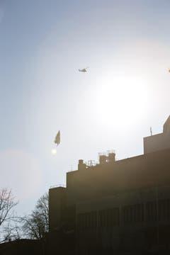 Die nächste fliegende Tanne taucht über der Silhouette der stillgelegten Kehrichtverbrennung auf. (Bild: Manuela Jans / Neue LZ)