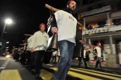 Die Greifler Sisikon vertreiben am Abend vor Dreikönige mit Tryychlen... (Bild: Urs Hanhart / Neue UZ)