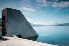 Die «Seesicht» des Künstlers Roman Signer ist eine begehbare Skulptur: Man nimmt die Treppe hinunter unter die Wasseroberfläche. (Bild: PD)