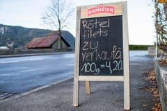 Verkaufsschild vor der Fischerei Eierhals in Oberaegeri. (Bild: Alexandra Wey/Keystone (Ägeri, 22. November 2017))