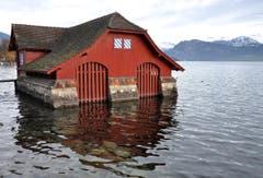 """""""Rotes Chalet"""" im blauen Wasser. Markantes Bootshaus beim Carl-Spitteler-Quai im Luzerner Seebecken. (Bild: Niklaus Rohrer)"""