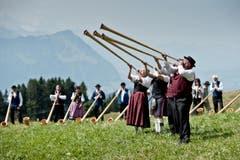 Impressionen des Gesamtchors unter anderem mit über 60 Alphörnern. (Bild: Pius Amrein (Neue LZ))