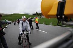 Ein Velofahrer kann es kaum erwarten, bis die Schranke geöffnet wird. (Bild: Urs Hanhart / Neue UZ)
