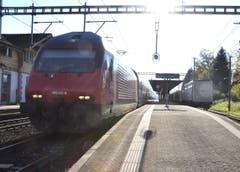 Durchfahrt eines InterRegio-Zuges in Gisikon-Root. (Bild: Niklaus Rohrer)