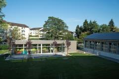 Die Schulanlage Geissenstein mit einem Klassentrakt, einer Turnhalle und einem Kindergarten stammt aus den 1950er-Jahren. (Bild: Nadia Schärli / Neue LZ)